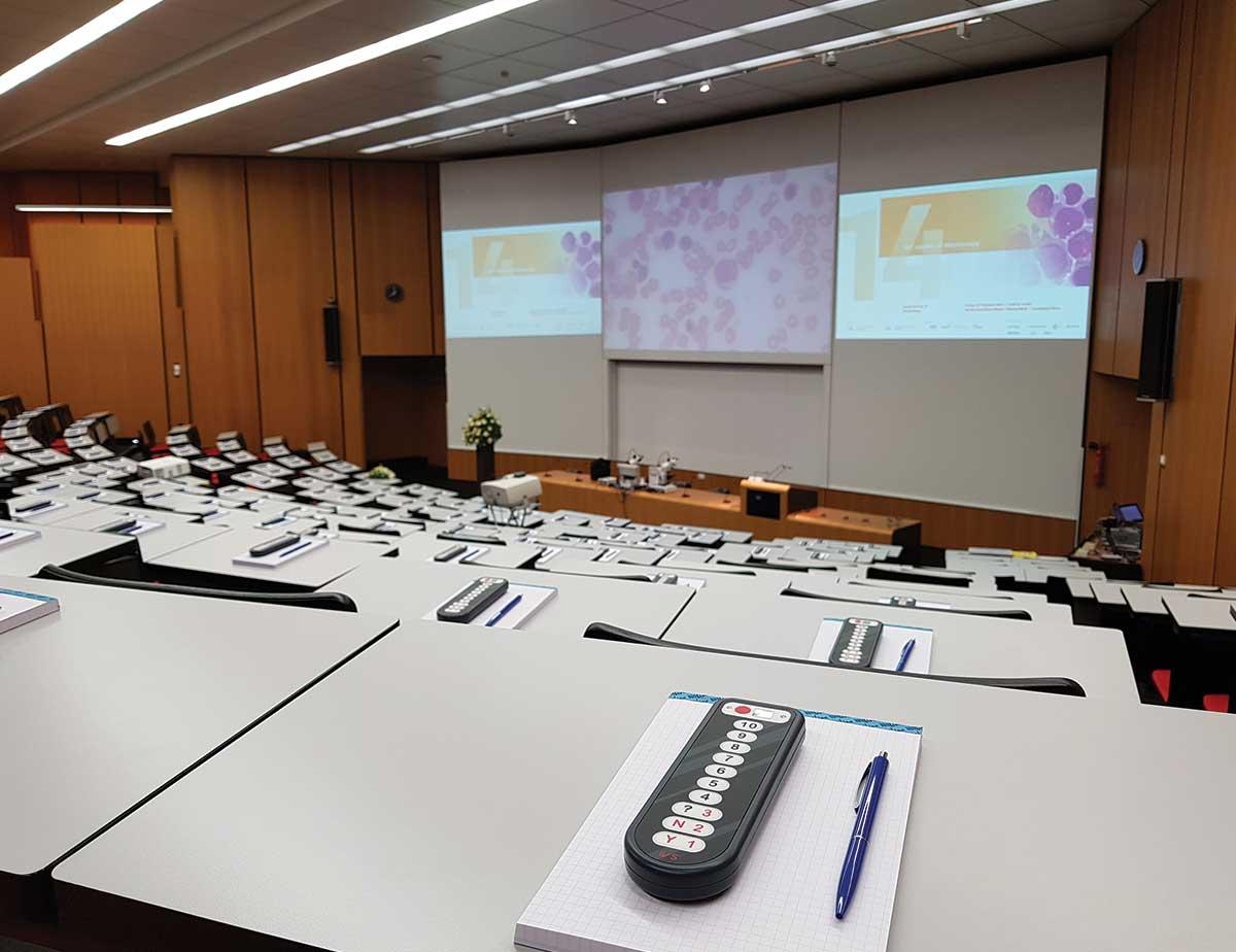 IVS stemkastje tijdens presentatie mikroskopierkurs